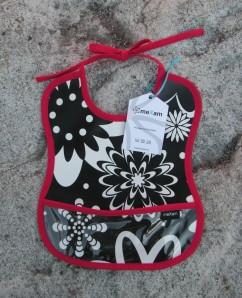 Haklapp, svart blomma med rött kantband